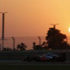 Jenson Button vuela sobre el Yas Marina durante los Libres 2