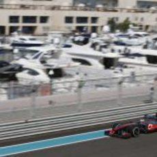 Jenson Button junto a los barcos atracados al lado del Yas Marina