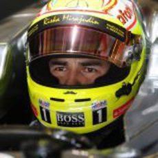 Sergio Pérez se concentra en el interior del McLaren poco antes de salir a pista
