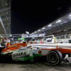 Adrian Sutil sale del box con el neumático medio