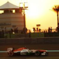 Paul di Resta con el Force India mientras atardece en Abu Dabi