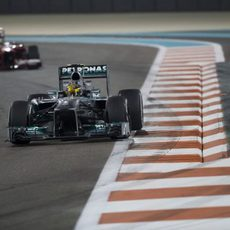 Lewis Hamilton afronta una recta en Abu Dabi