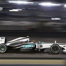 Lewis Hamilton vuela en Yas Marina