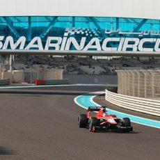 Jules Bianchi avanza en el trazado de Yas Marina