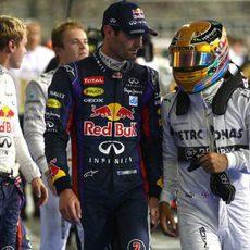 Mark Webber charla con Lewis Hamilton tras la clasificación