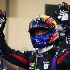 Mark Webber saluda tras la pole
