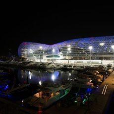 Vista nocturna del circuito de Yas Marina