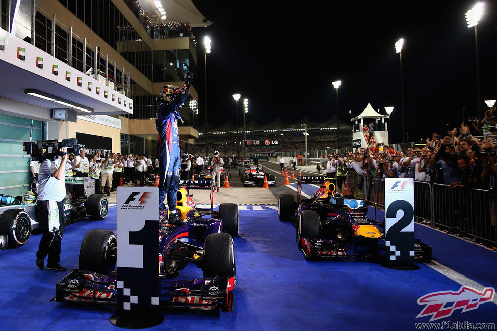 Sebastian Vettel saluda triunfante sobre su RB9