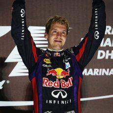 Puños triunfales de Sebastian Vettel en el podio