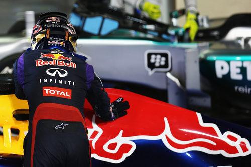 Sebastian Vettel acaricia el lomo de su Red Bull