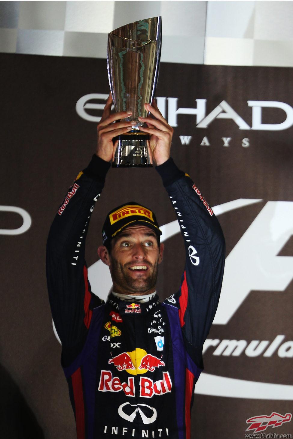 Mark Webber levanta su trofeo