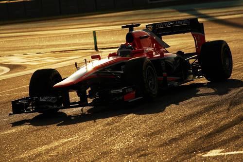 Jules Bianchi rueda mientras atardece en Abu Dabi