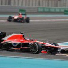 Jules Bianchi rueda por delante de Chilton