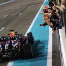 Sebastian Vettel cruza la línea de meta mientras sus mecánicos lo celebran