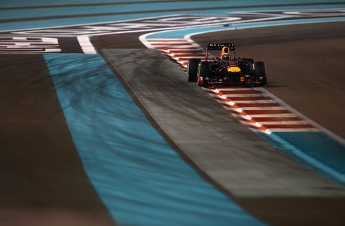 Sebastian Vettel lidera sin problemas en Yas Marina