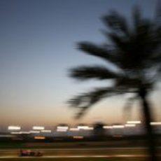 Mark Webber trata de dar caza a Sebastian Vettel en Yas Marina