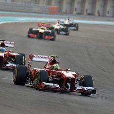 Felipe Massa avanza por delante de Fernando Alonso
