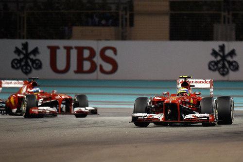 Felipe Massa trata de mantener a Fernando Alonso