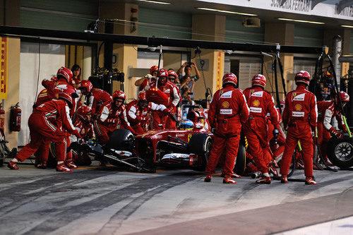 Parada en boxes para Fernando Alonso en Abu Dabi