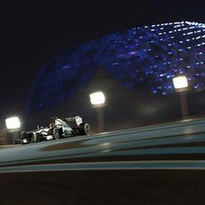 Lewis Hamilton avanza en la noche cerrada de Abu Dabi