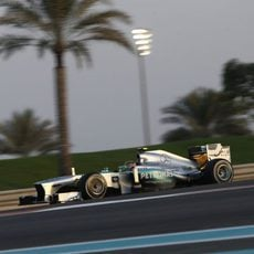 Lewis Hamilton avanza en Yas Marina con el medio