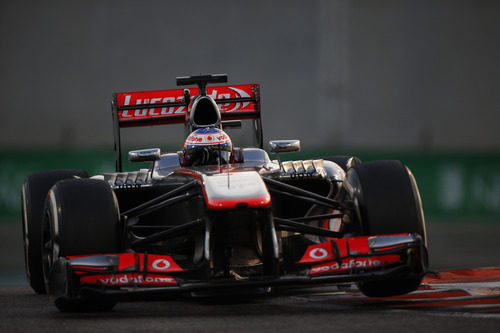 Jenson Button tuvo un toque en la primera curva