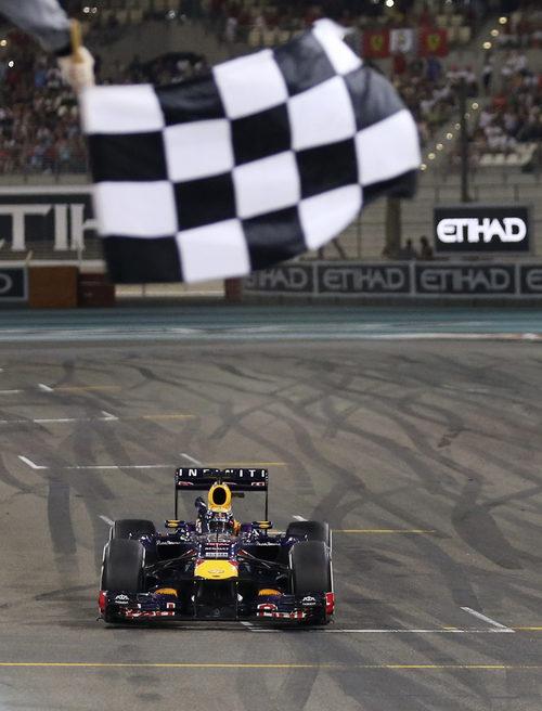 Bandera a cuadros para Sebastian Vettel