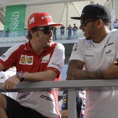 Fernando Alonso y Lewis Hamilton charlan