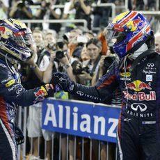 Sebastian Vettel y Mark Webber se saludan tras el GP