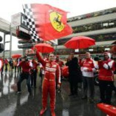 Felipe Massa ondea la bandera de Ferrari