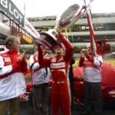 Felipe Massa ofrece el trofeo a los tifosi