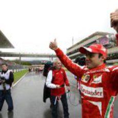 Felipe Massa mira emocionado a la grada