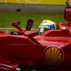 Felipe Massa saluda a los fans desde el F2008