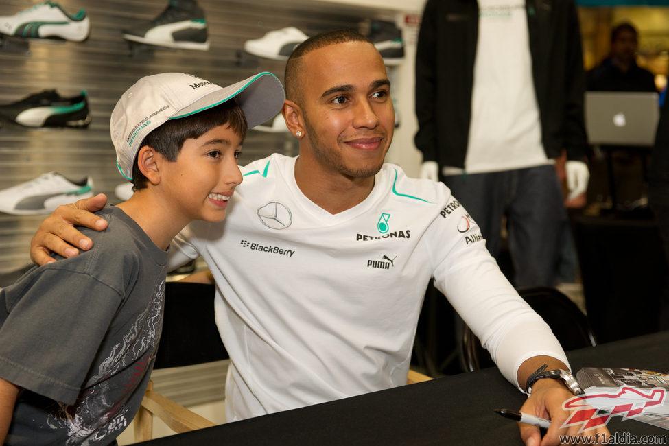 Lewis Hamilton posa con un aficionado en Estados Unidos