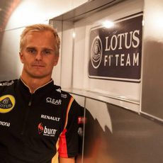 Heikki Kovalainen posando como piloto de Lotus