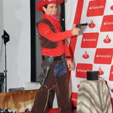 Pedro de la Rosa apunta con pistola