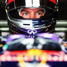 Sebastian Vettel se concentra dentro de su 'cockpit'