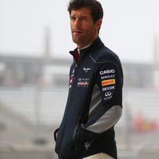 Mark Webber espera a que reanude la sesión