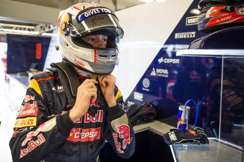 Daniil Kvyat se ajusta el casco