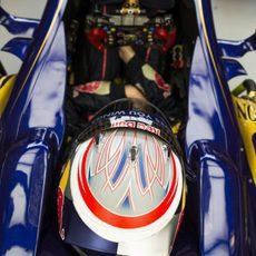 Daniil Kvyat descansa en el 'cockpit' del STR8