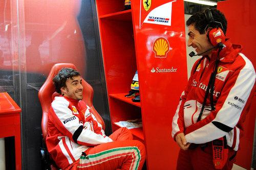 Fernando Alonso charla con Andrea Stella