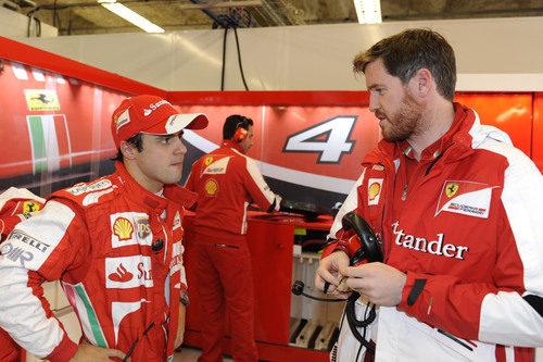 Felipe Massa charla con Rob Smedley