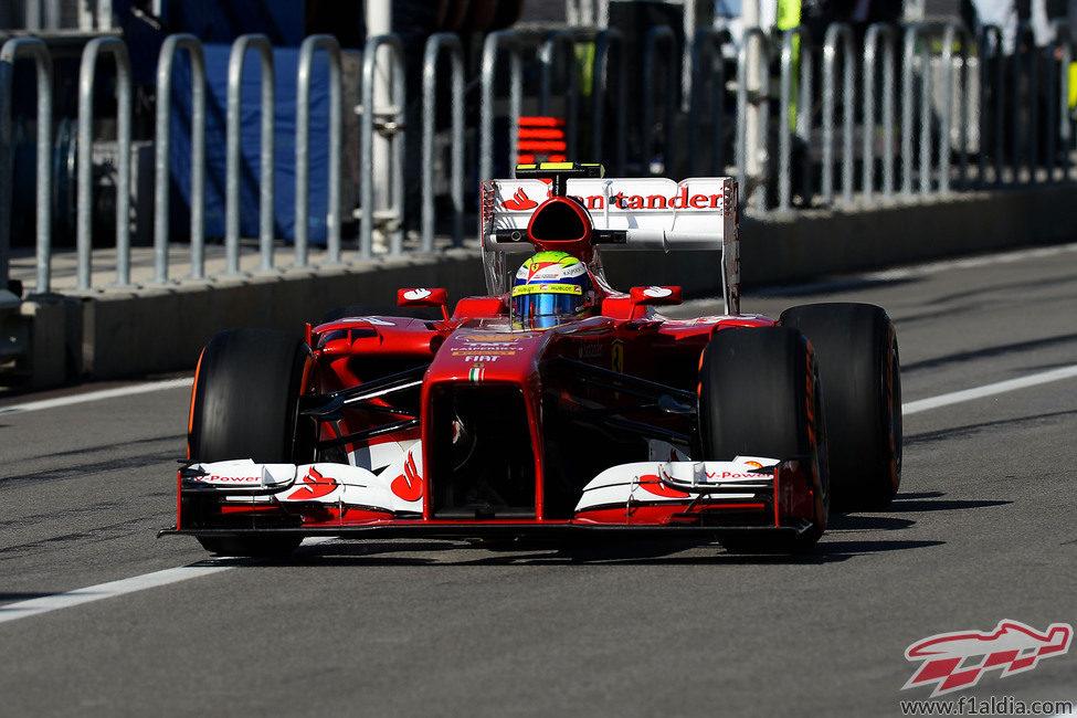 Felipe Massa pasa por la calle de boxes del COTA