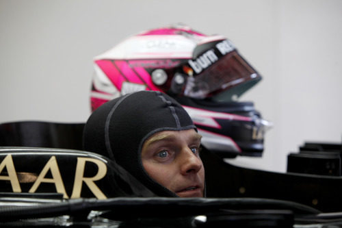 Heikki Kovalainen se sienta por primera vez en el Lotus