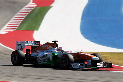 Adrian Sutil sale de una curva en el COTA