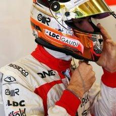 Jules Bianchi se ajusta el casco