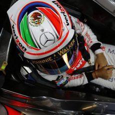 Sergio Pérez con su casco especial sobre México