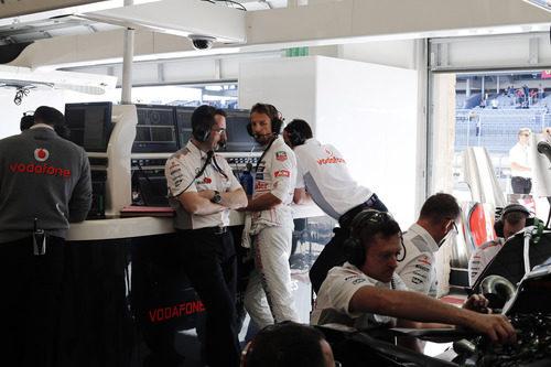 Jenson Button, en el box de McLaren