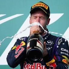Sebastian Vettel bebe champán