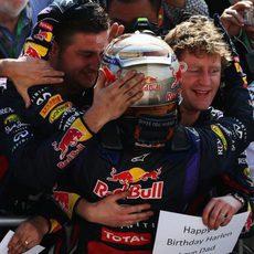 Sebastian Vettel abraza a su equipo